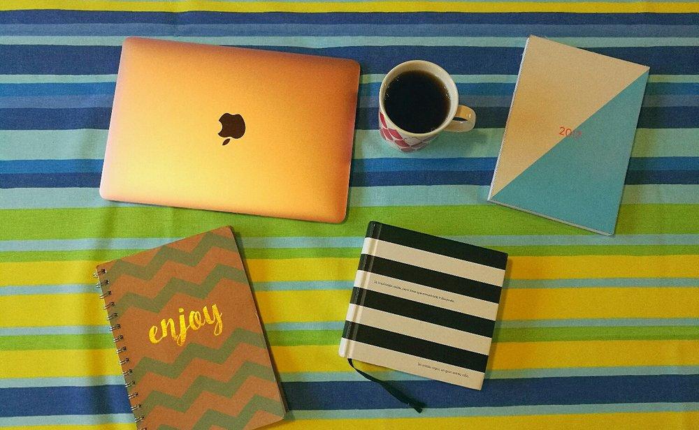 Dator, anteckningsböcker, kalender och te är viktiga ingredienser under mina arbetsdagar.