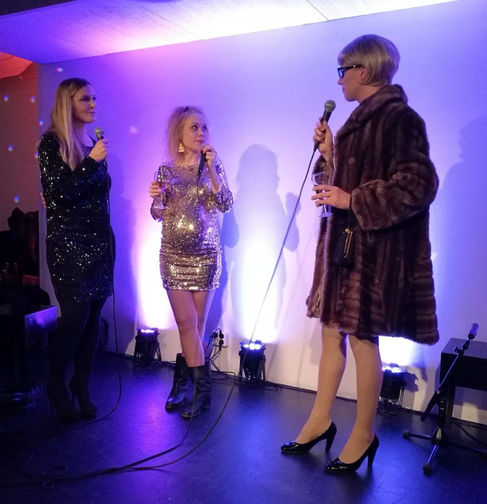 Mitt i intervjun kom Carita Mannerheim, Svenska Yles nya kulturjournalist, upp på scen och tog över intervjun.