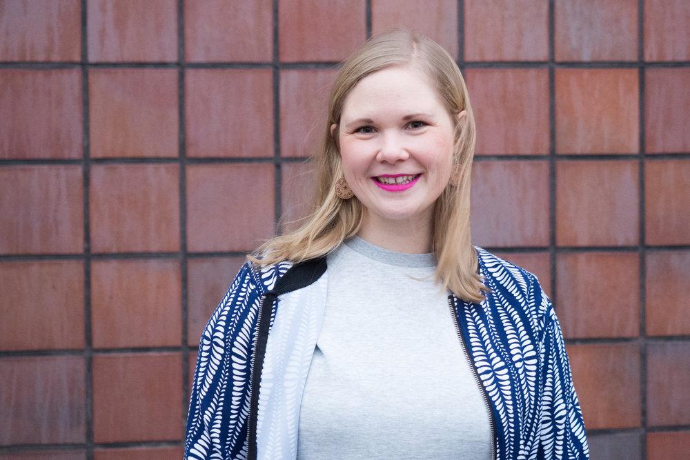 Det rosa läppstiftet och min blåvita tröja hade jag när Jon fotograferade mig för Debutantbloggen. Ska jag köra samma koncept igen?!