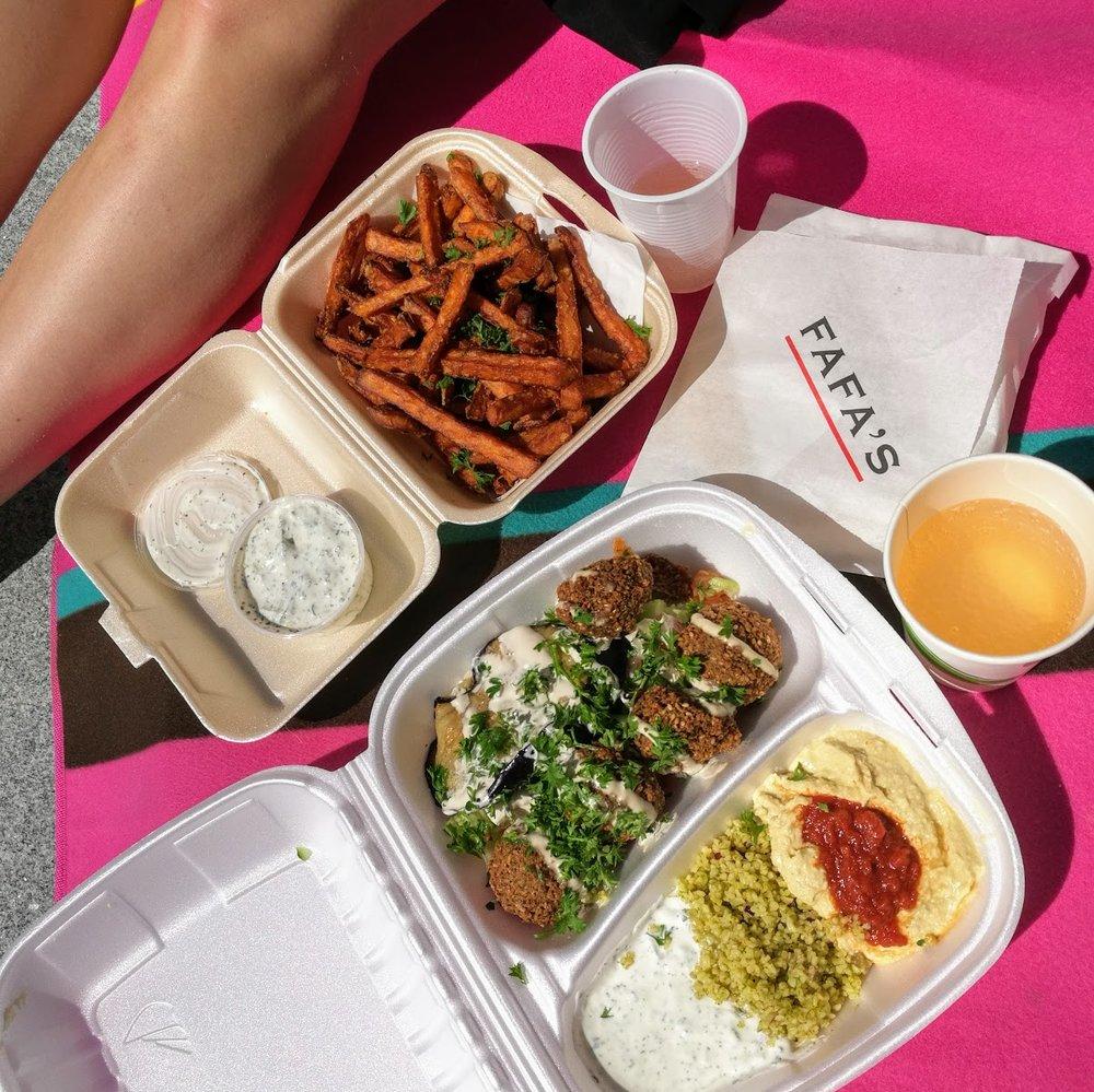Lördagslunchen åtnjöts i solen på en picknickfilt vid ingången till kurslokalen.