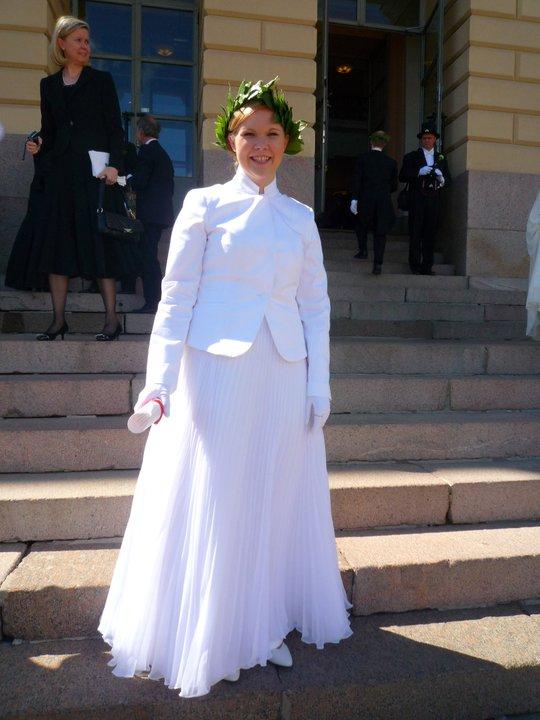 På fredag kväll gick jag igenom Helsingforsnatten hem till Kronohagen där jag bodde då. Ett gäng killar trodde jag var en runaway bride, hehehe.