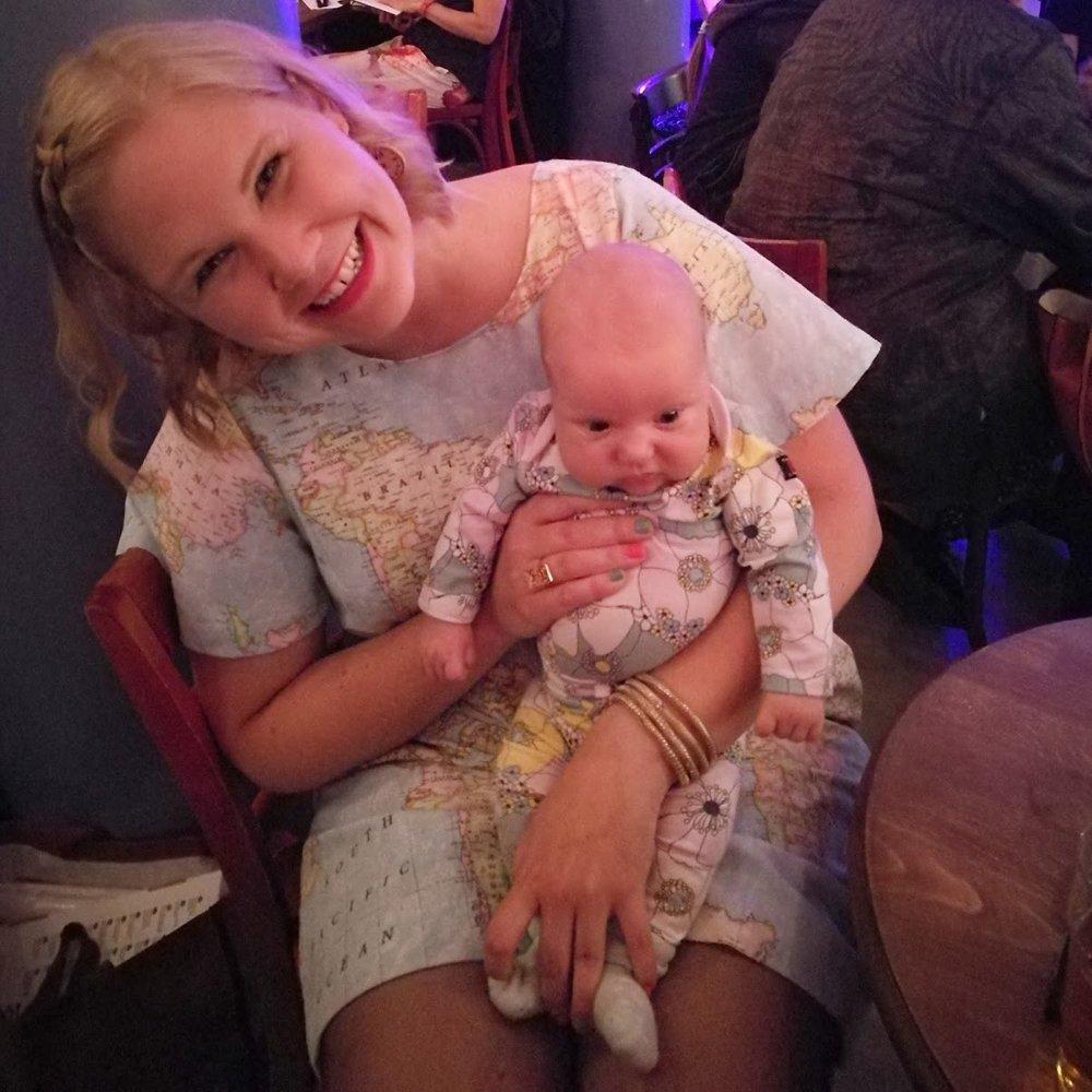 Så glad på min releasefest med min yngsta gäst, Ebba! Ååhh!