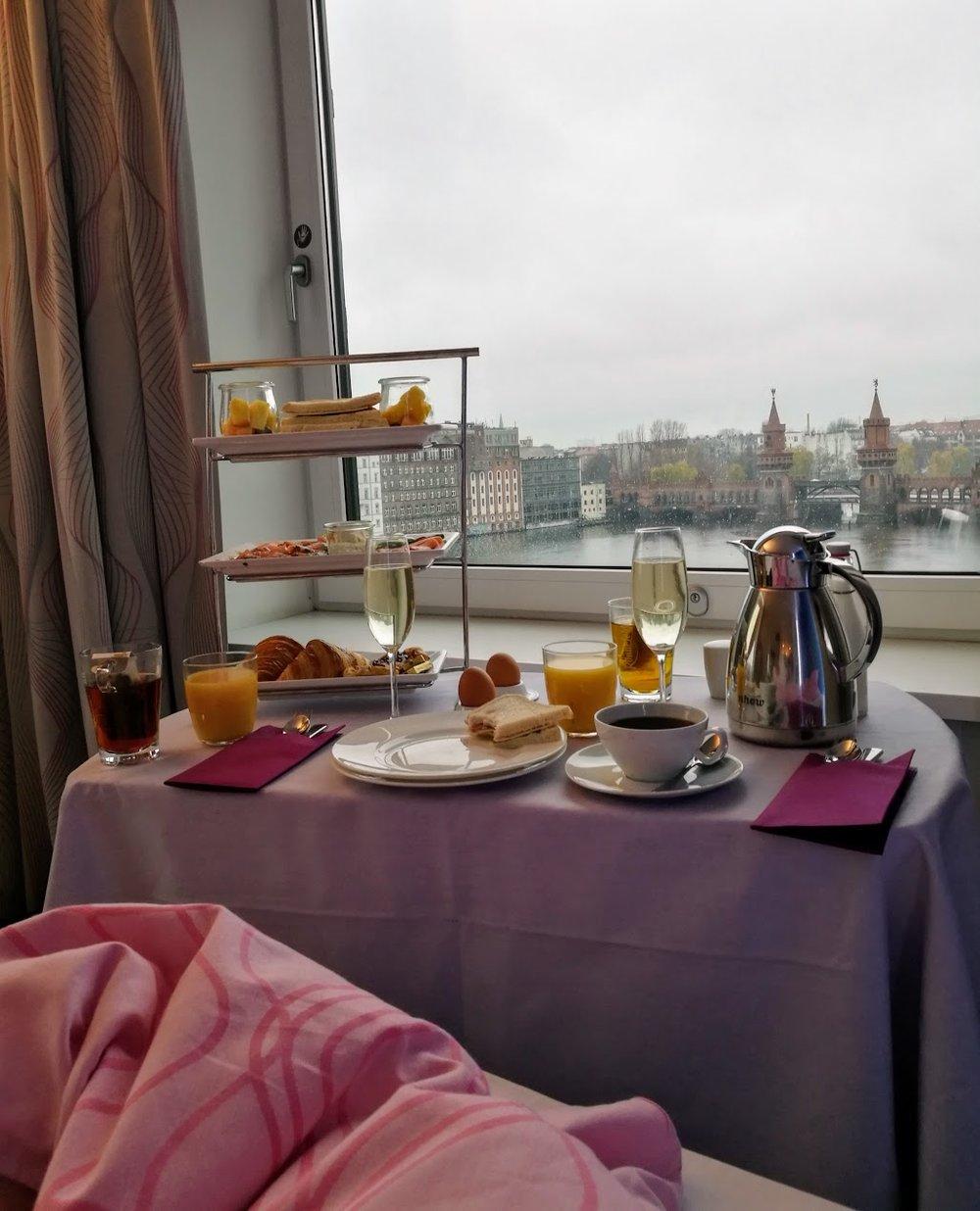 I november åt jag kanske världens (till utseendet) najsigaste hotellfrukost. Den var inte riktigt så god som den ser ut, men vad gör det när en får frukost i sängen vid Spree?!