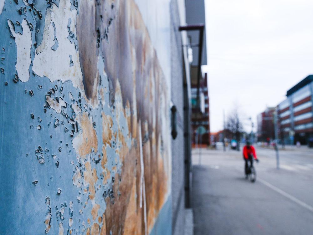 Den här uppgiften handlade om färg och form. Jag tyckte strukturen på väggen var så fin och så cyklisten som råkade komma in i bild.