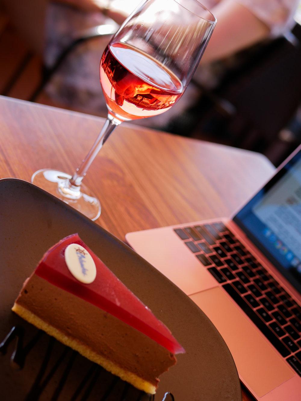 Skriv med rosévin & cake på en flodbåtsrestaurang vid Donau är ett koncept jag borde köra oftare på.