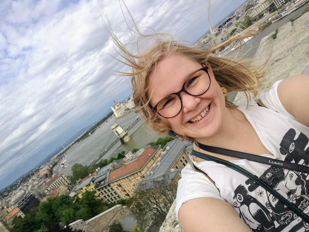 """När jag tröttnade på att skriva kunde jag upptäcka staden. Här är jag uppe vid Budaslottet och det blåste """"lite""""."""