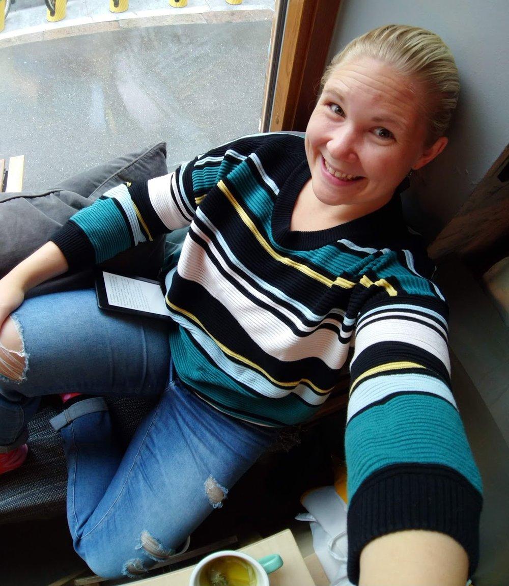 Hängde på kafé och läste manus på min Kindle. Viktigast på kafé? att jag kan vara strumpfota (ja, en medveten finlandism, var så goda alla svenskar).