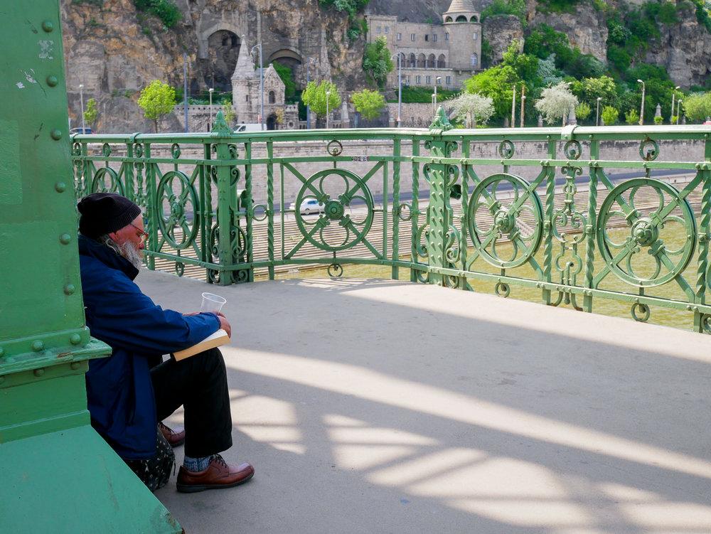 En bild från Budapest i april. Jag vet inte om mannen kände sig ensam – åtminstone hade han sällskap av en bok. <3