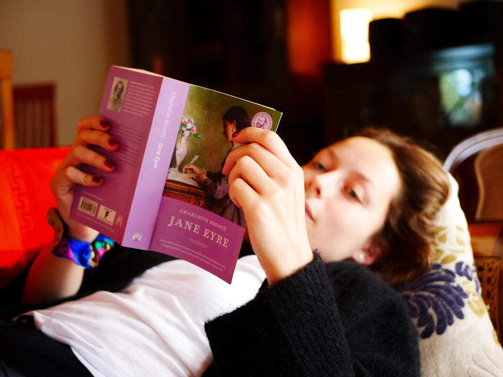 En liten vilo- och läspaus. Jennifer går en skrivarkurs och ska läsa bland annat den här klassikern.