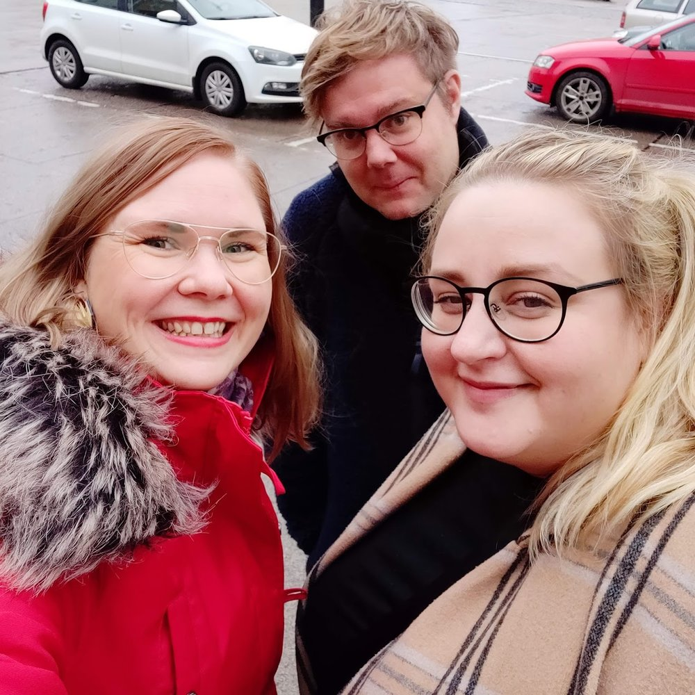 Jag, Pär och Ellen poserar på Ekenäs snyggaste plats. Och nej ingen av oss är drogad, vi är bara nöjda och glada.