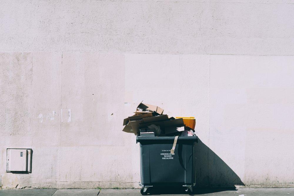 Många som blivit refuserade har nog haft lust att slänga manuset i soporna. Foto: Unsplash.