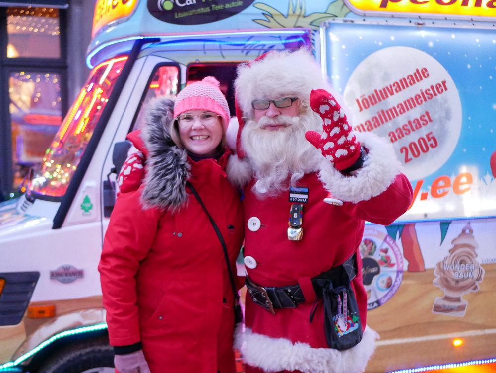 Jag fick träffa julgubben! Han körde runt på stan i den här bilen och spelade julsånger på full volym. Så glad och härlig. Kan inte annat än gilla detta. <3
