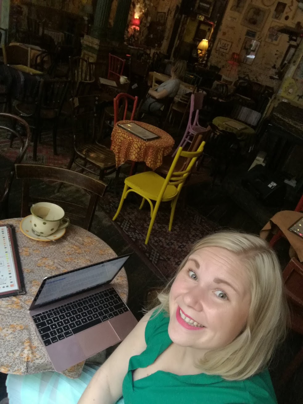 Skrev på gulligt kafé i Budapest.