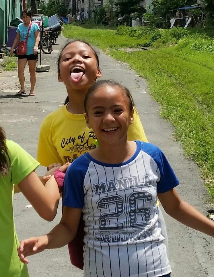 Glückliche Kinder in den Straßen von Manila