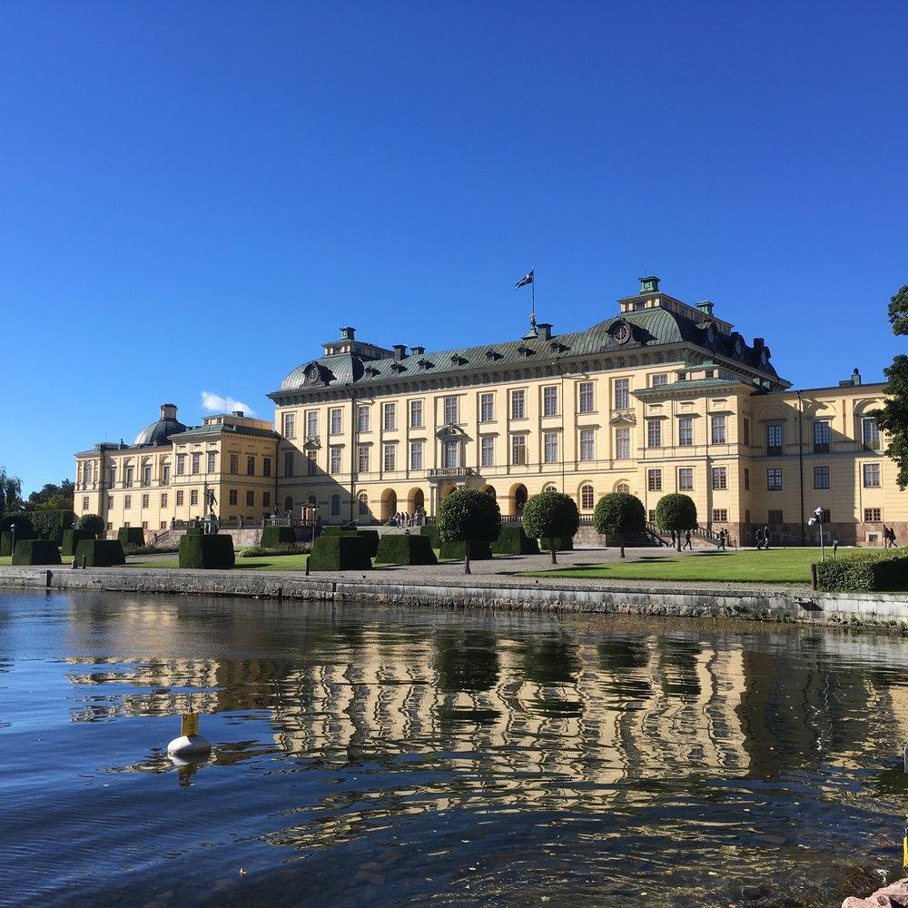 Drottningholmin palatsi järveltä päin.