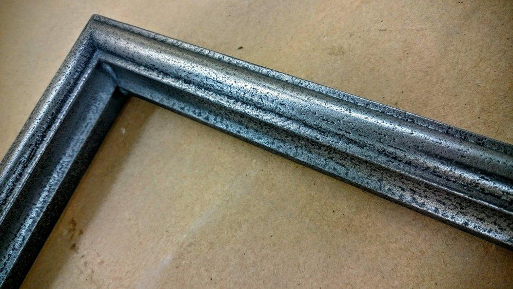 37. Mediniai durų filingų apvadai padengti geležimi.