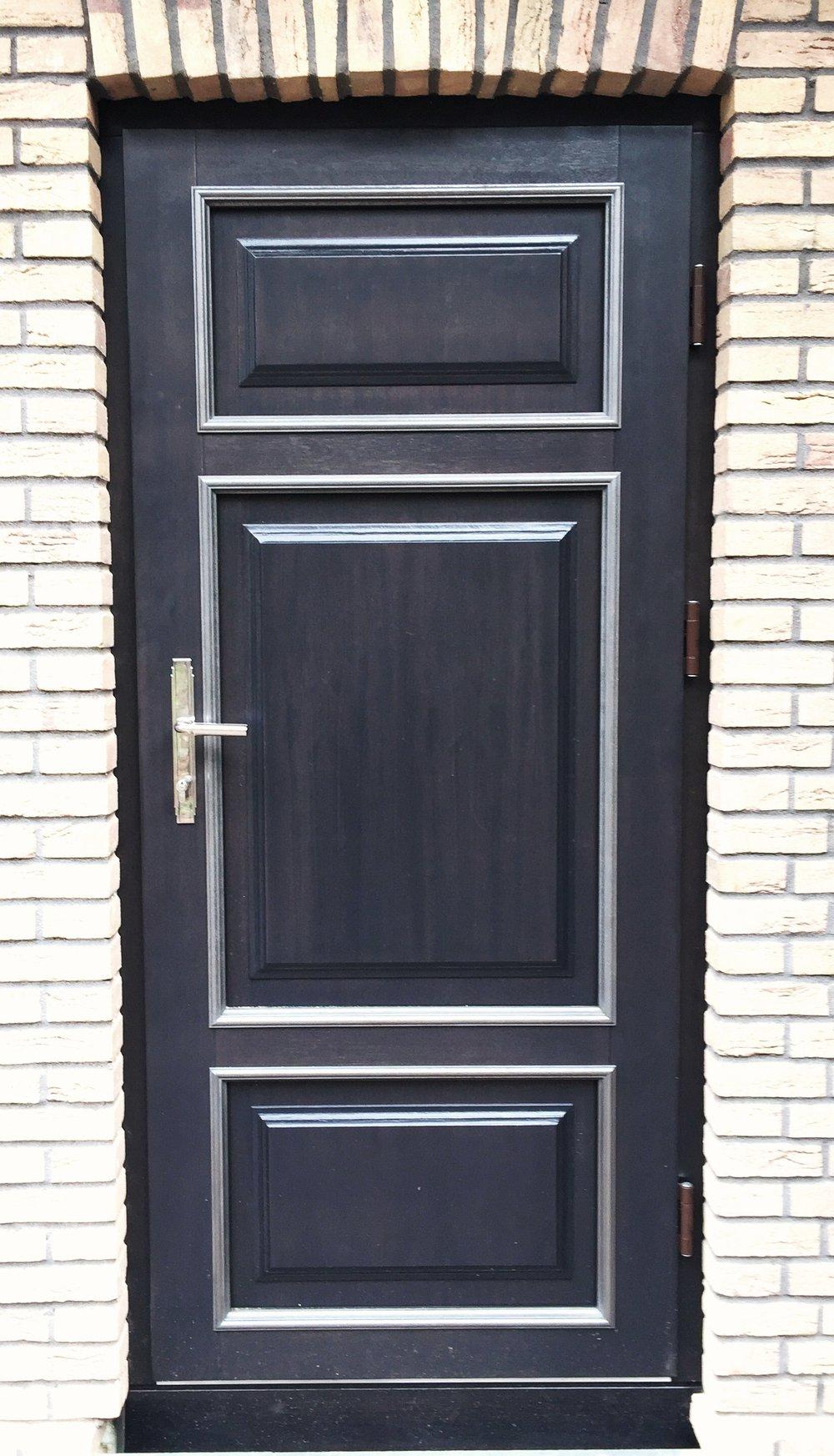 38. Mediniai durų filingų apvadai padengti geležimi.