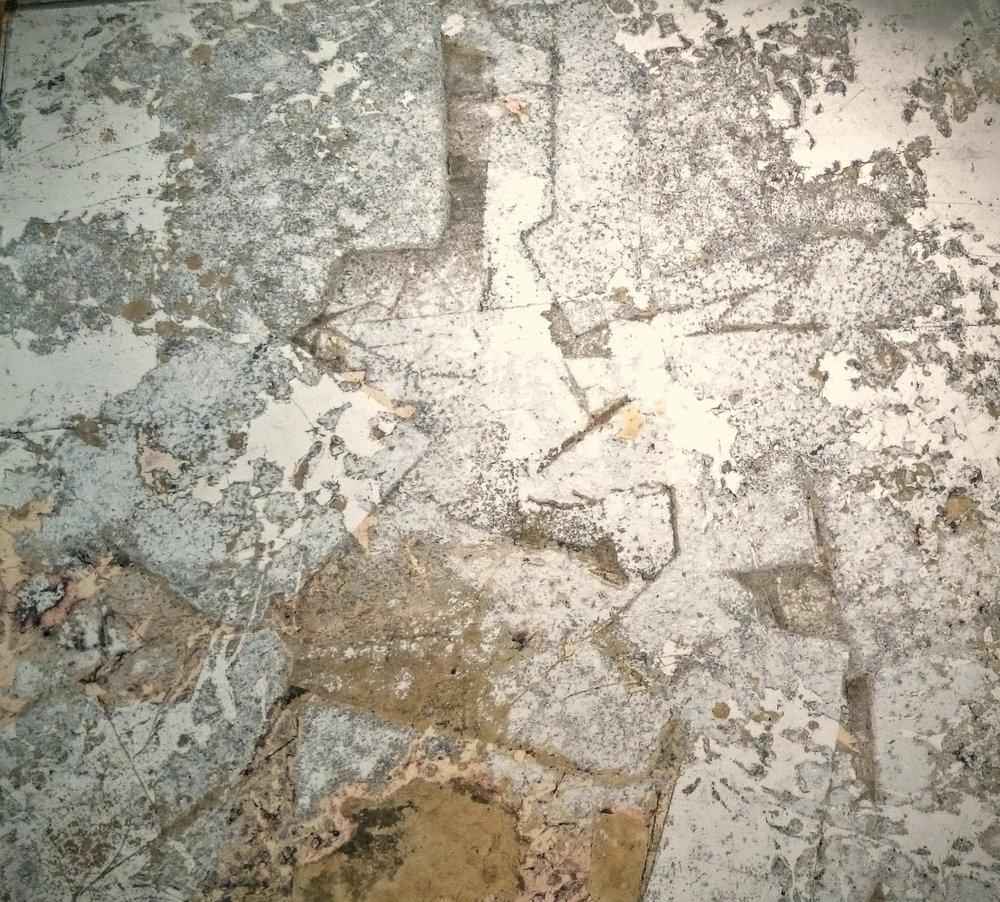 20. Verre Eglomise, tonuotas stiklas padengtas sendintais sidabro ir bronzos lapeliais.