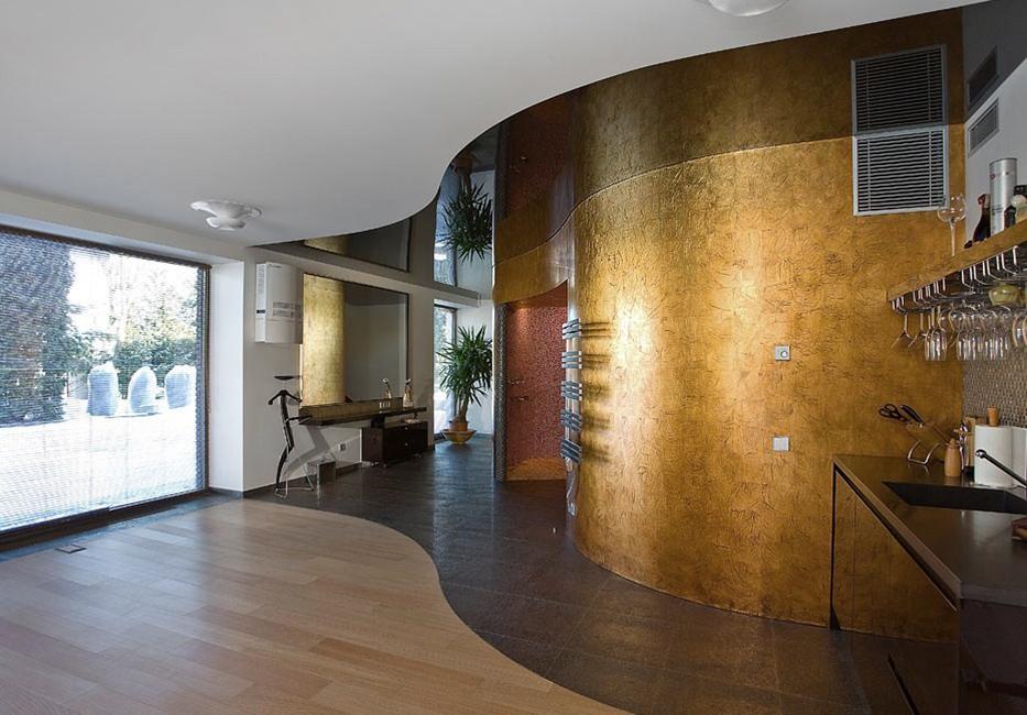 2. 22KT aukso lapeliais dengtas lygus paviršius. Privatūs apartamentai.Vilnius, Lietuva.