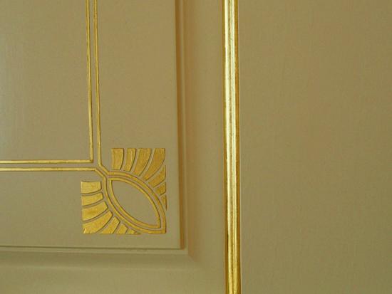 9.24 karatų aukso lapeliais dengtas medinis paviršius.