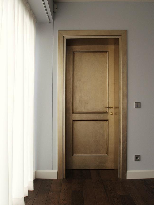 30. Mėnulio aukso - moongold - lapeliais dengtos medinės durys. Privatūs apartamentai. Oslas, Norvegija.