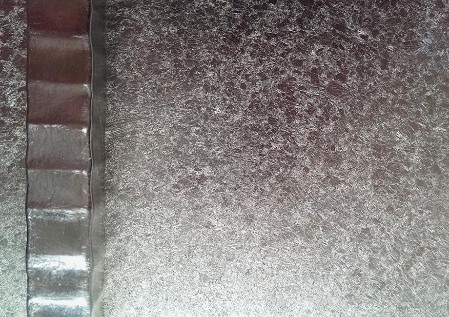 36. Paladžio lapeliais dengta kaltinio metalo ekspozicinės lentynos detalė. Pagaminta vardinėms parduotuvėms visame pasaulyje.