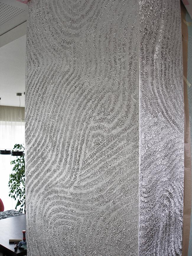 54. Sidabro lapeliais dengta sendinta reljefinė kolona. Privatūs apartamentai. Kaunas, Lietuva.