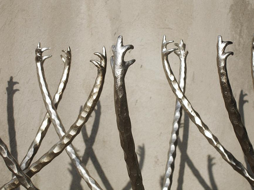 60. Paladžio lapeliais dengtos kaltinio metalo stalelių detalės. Pagaminta vardinėms parduotuvėms Paryžiuje.Prancūzija.