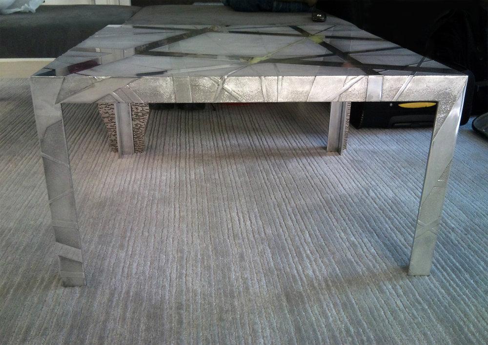 30.Ėsdinto aliuminio reljefinis stalas.
