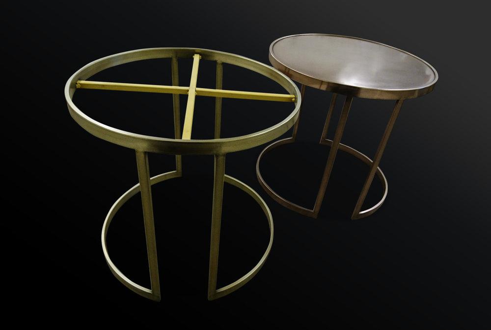 45. Plieniniai staliukai dengti žalvariu ir bronza.