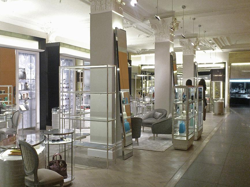 81. Paladžio lapeliais dengtos kaltinio metalo lentynos. Vardinė parduotuvė prekybos centre. Londonas, D. Britanija.