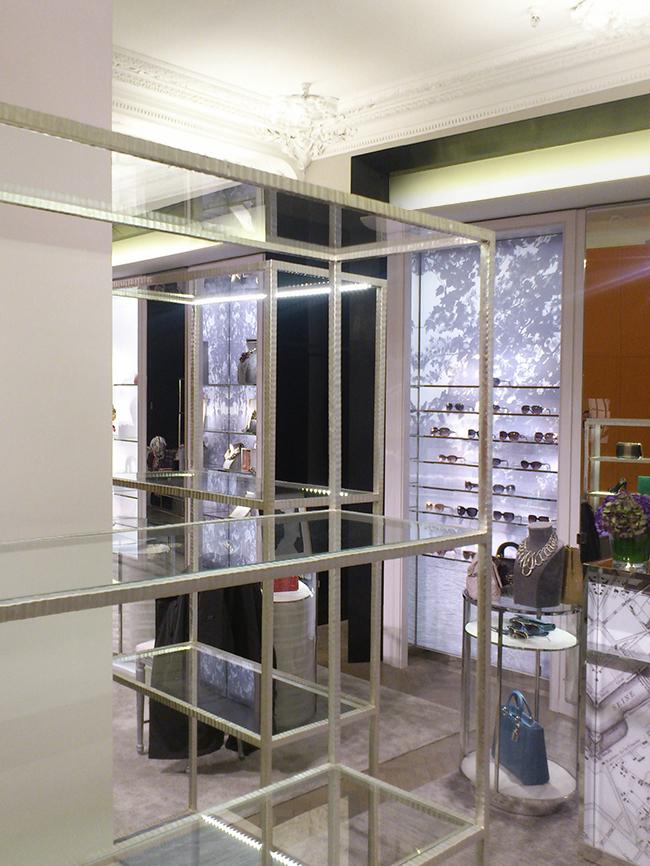 82. Paladžio lapeliais dengtos kaltinio metalo lentynos. Vardinė parduotuvė prekybos centre. Londonas, D. Britanija.