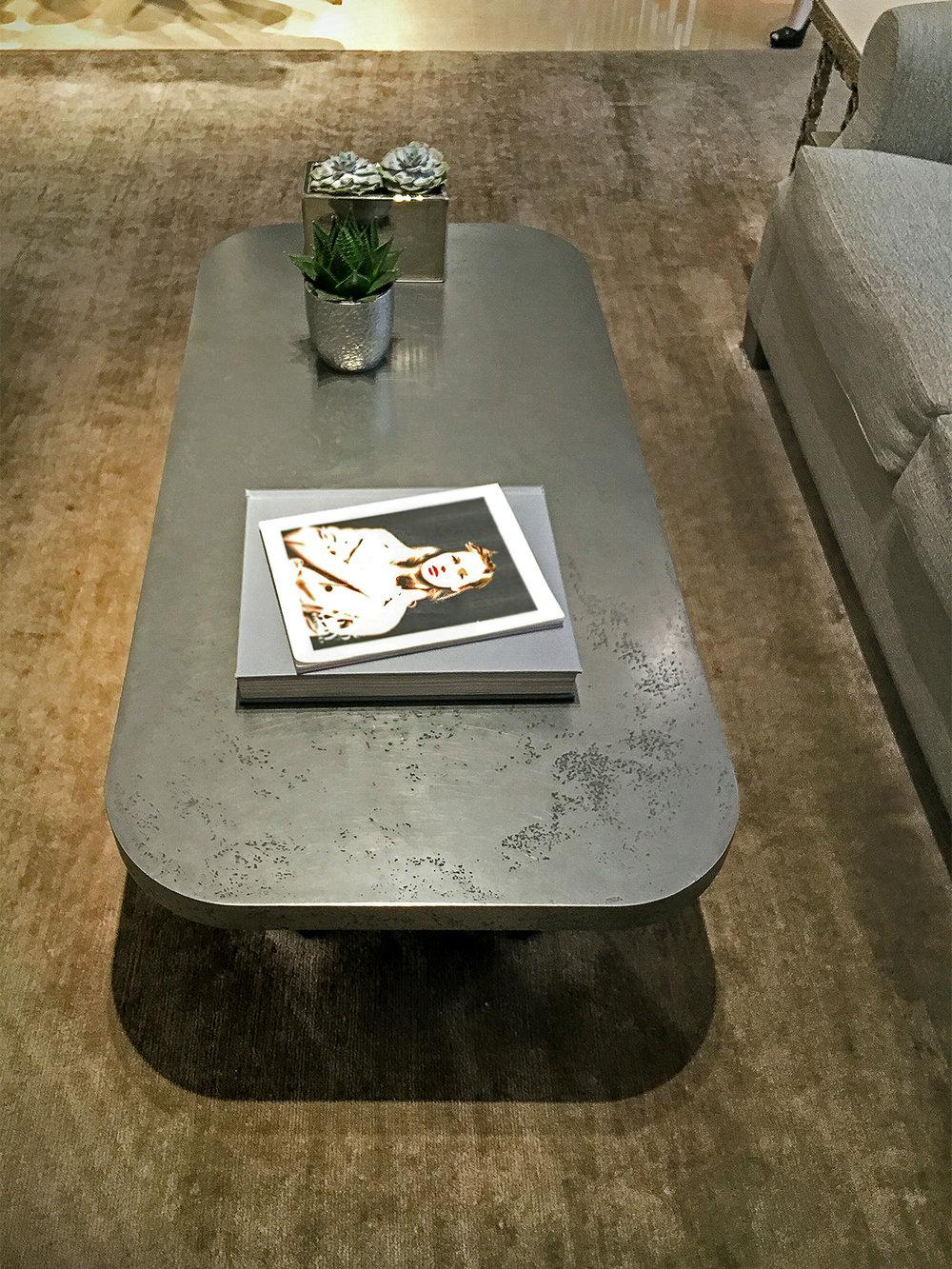 27.Parduotuvei gamintas stalas, padengtas plienu.