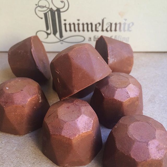 "GIVEAWAY 🙌 win milk chocolate truffles for #nationalmilkchocolateday 🍫 Tag 3 friends and follow @minimelanienyc to enter #lifethroughchocolate  ____  Rumor has it that the first milk chocolate recipe was created in 1887 by Daniel Peter. The product was first called ""gala"" which translated from Greek to mean ""from the milk"". Tag friends and win these delicious milk chocolate truffles from @minimelanienyc 🎉"