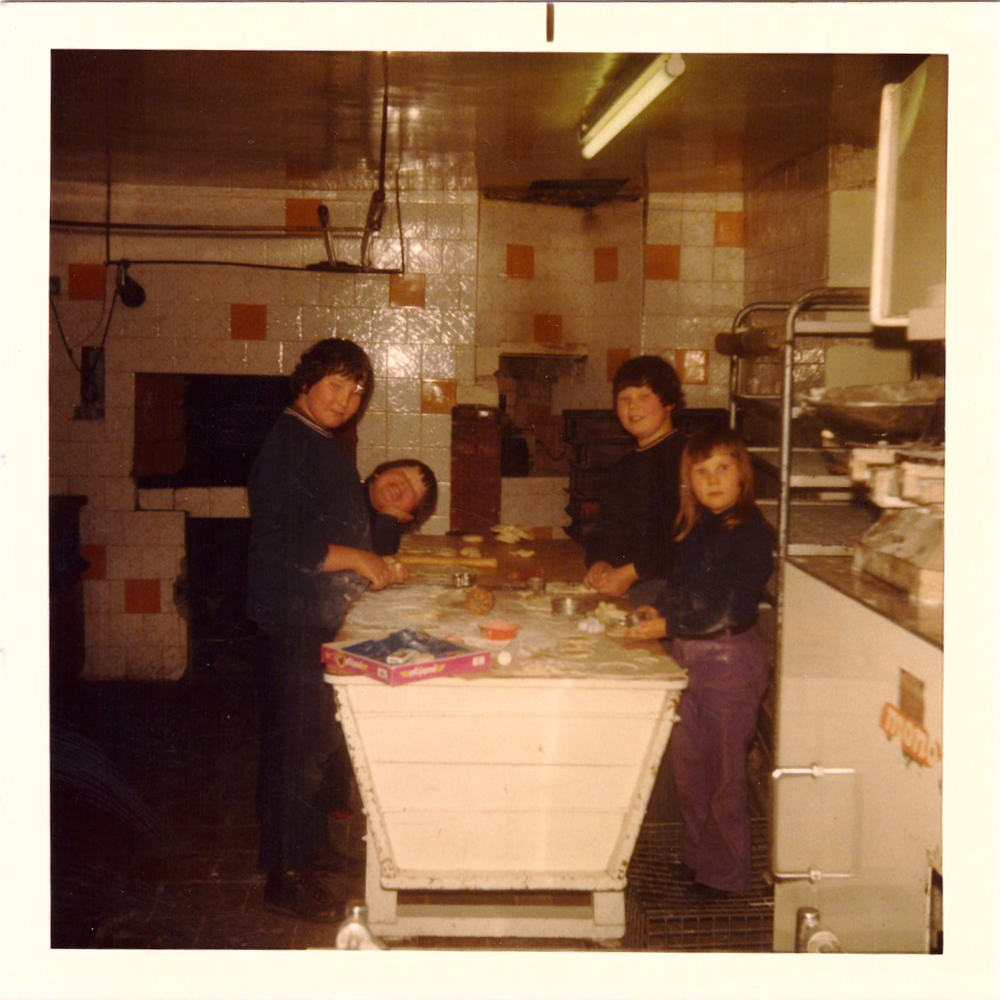 Neil, Simon, Howard & Trudy Tubbs with the oven in the wall behind them, 1976
