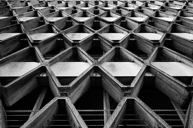 diamond vision  #blackandwhite #blackandwhitephotography #blackandwhitephoto #bnw #monochrome #mono #brutalism #brutalist #brutalistarchitecture #brutal_architecture #brutalismus #brutalismo #architecture #archidaily #architecturelovers #architecturephotography #archdaily #archilovers #architektur #ig_architecture #bw #britisharchitecture #concrete #concretelove #concreteporn #symmetry #symmetrical #carparks #bristol #bristol_lens