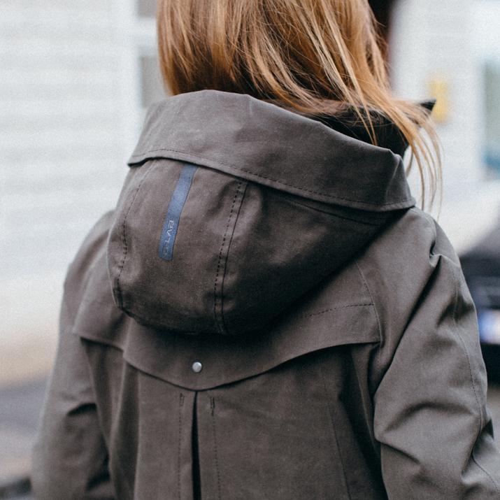 G-LAB   Weibliche, Urbane Silhouetten mir einem Hauch Avantgarde: Das sind die Wasserfesten, Windabweisenden und wärmenden Jacken von G-Lab. BEGEGNEN sie dem Wiener Winter mit Style und Performance mit den gefütterten 3-Membranen Modellen.