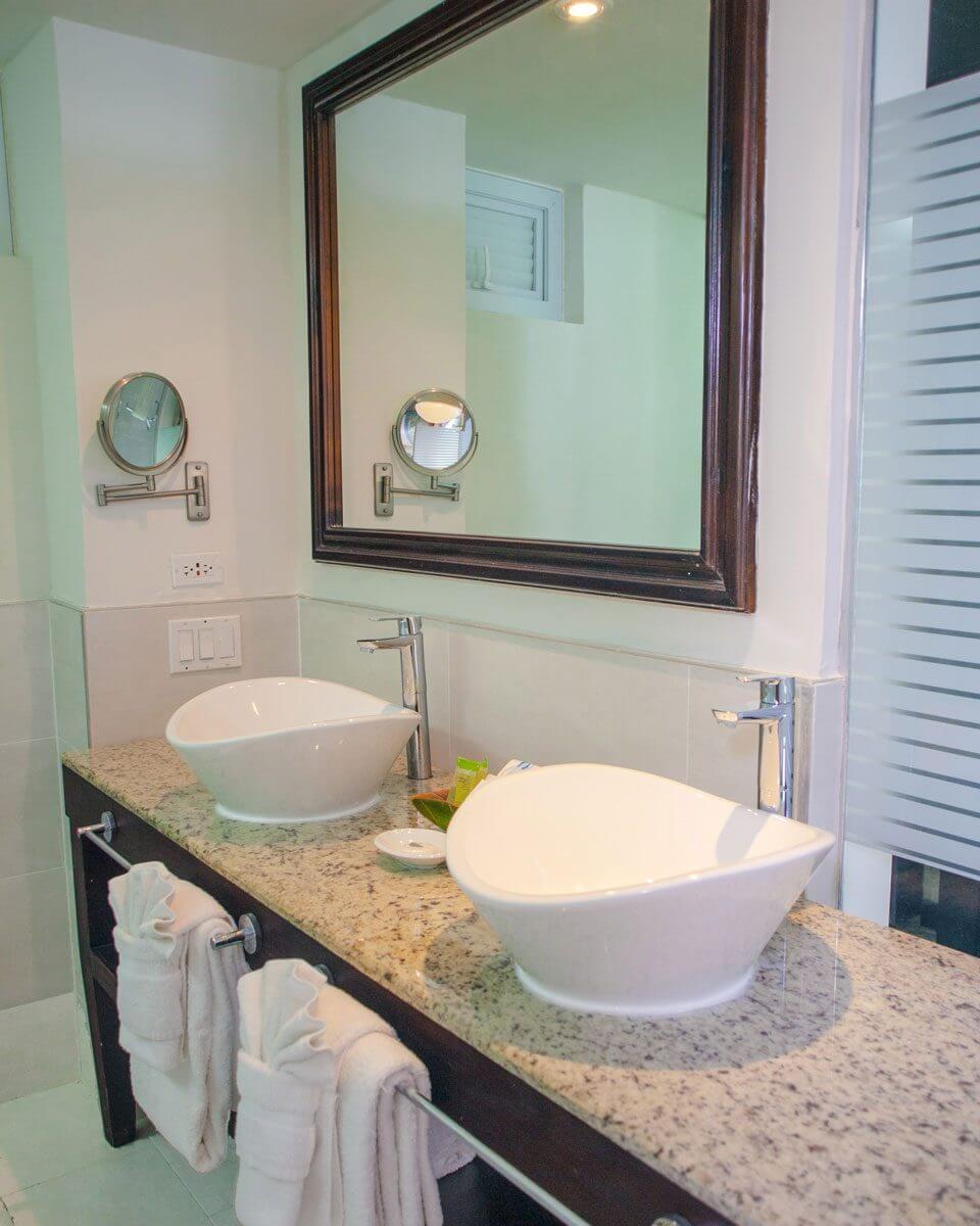 Hedo-Premium-Room-Bathroom-1-960x1200.jpg