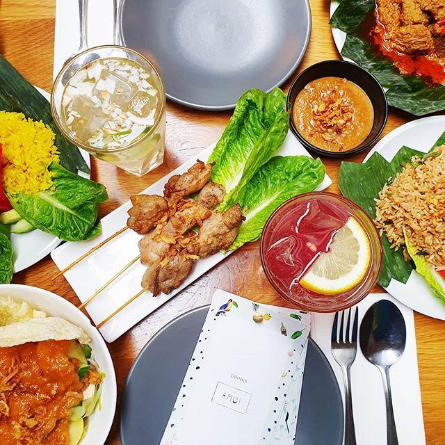 No dinner plans? We've got you covered! 🤩 . . . . #cafeamoi #kelapa #air #satay #ayam #kecang #asianfood #amsterdam #dinner #nasi #drinks #fun #kinkerstraat #indofood #sambal #amoi #adu