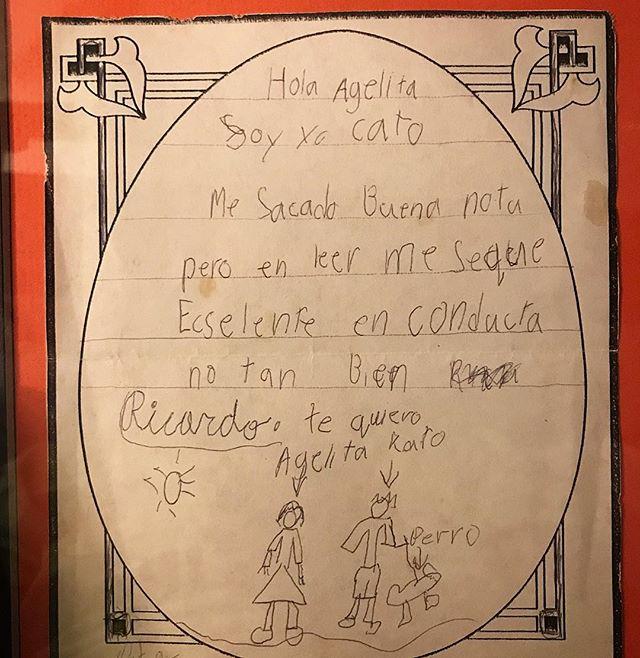 """En 1994 le escribí una carta a mi Abuelita contándole  sobre mis notas y dice """" Hola Agelita, Soy yo Cato. Me sacado buena nota pero en leer me seque ecslente. En conducta no tan bien. Ricardo. Te quiero""""  Al final incluí un crudo dibujo de ella, yo y un perro.  El año pasado mi abuela me la regresó enmarcada y sigue siendo de mis regalos favoritos. #quebonitoseryo #racha #oldschool"""