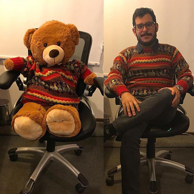 Con este frente frío❄️ aproveché para sacar mi suéter de baby alpaca. Así que en el espíritu de la competencia me gustaría saber a cual de nosotros se le ve mejor: a)Racha👨🏻 b)Don Oso🐻 #whoworeitebetter #racha #babyalpaca #quebonitoseryo #fashion #fashionblogger