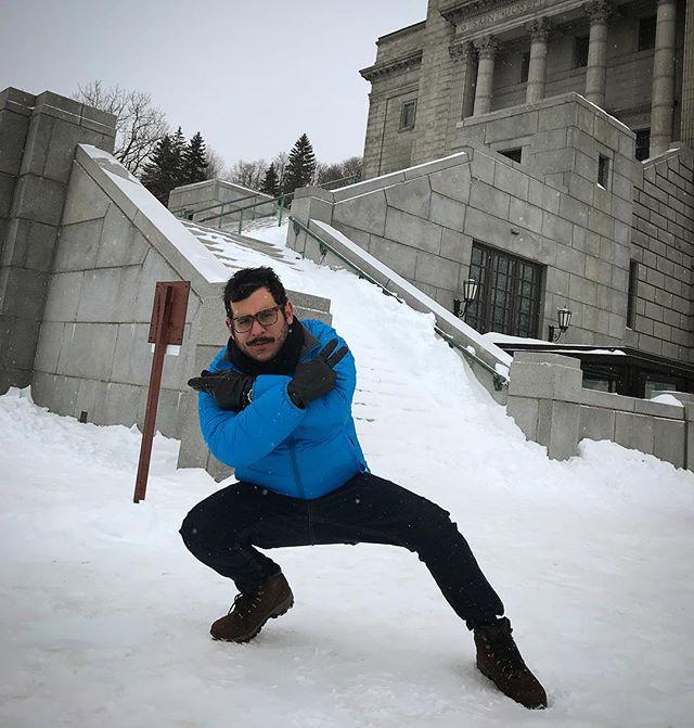 ¿Arena para una pasarela? Mejor nieve. Momento ideal para mi nueva pose de fashion blogger🇨🇦. #quebonitoseryo #racha #fashionblogger #elpiratadepozos