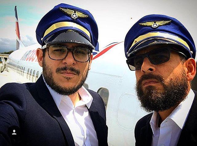 """#tbt a nuestras épocas de pilotos. El pajáro que volamos era un Boeing 737-700 , mejor conocido como """"El Sabana-Cementario de los cielos"""". Buenos momentos vivimos en ese pedazo. #fashionbloggers #quebonitoseryo #BorisYRacha #milehighclub #flyers"""