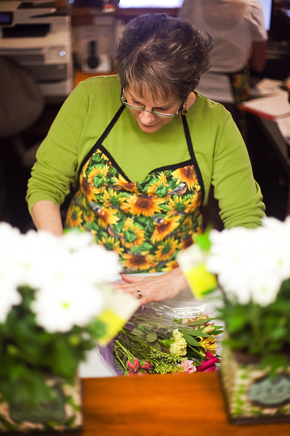Lynn of The Tuscan Sunflower prepares a flower bouquet