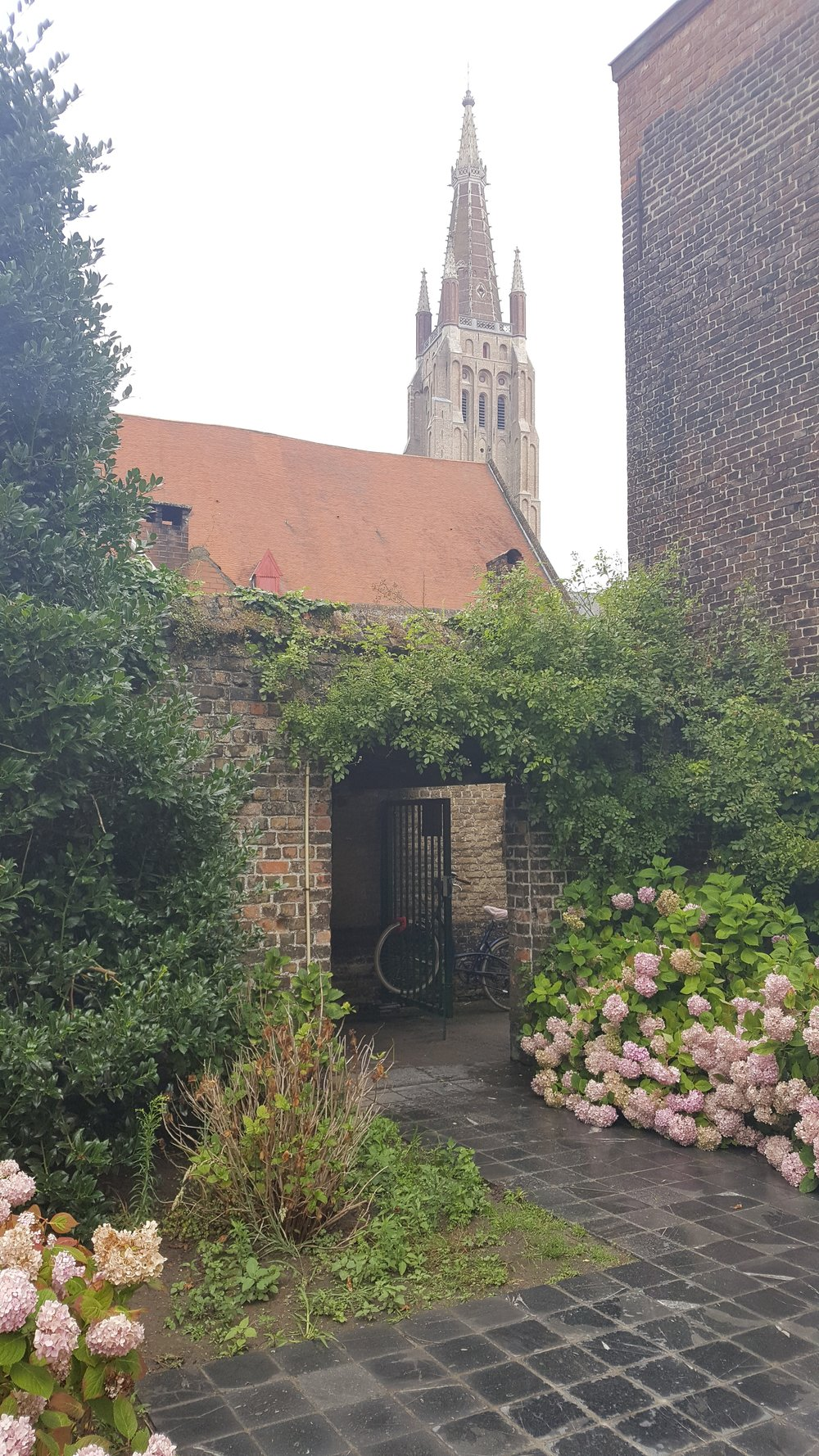 Entrance to the Godhuis Spanoghe (You can find it at Katelljnestraat 8-18). A beautiful private garden.