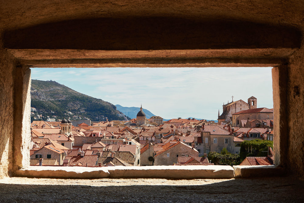 4_24-09-17_Dubrovnik_0293_Old_Town_through_window.jpg