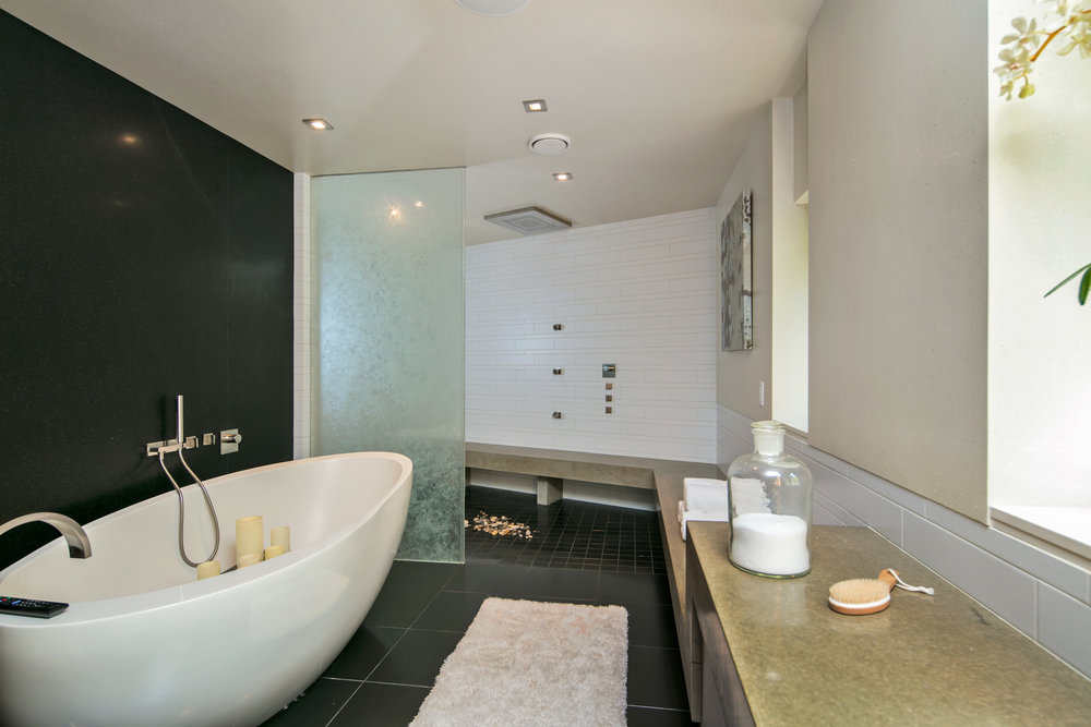 23 master bathtub.jpg