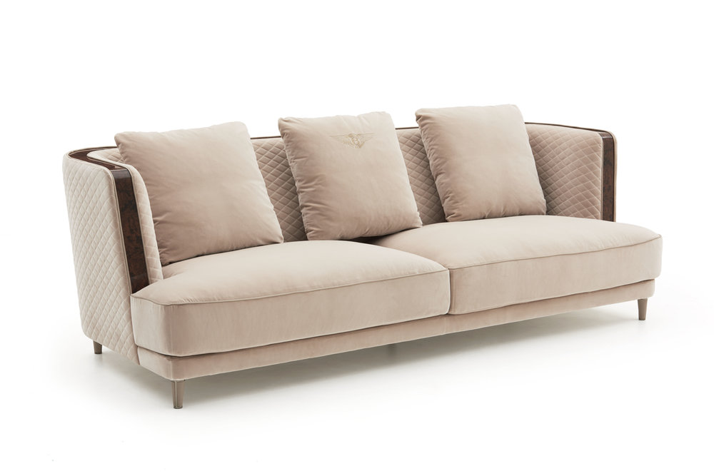Stamford sofa Stamford is a three or four-seat sofa designed to enhance the Bentley Home living area. The enveloping lines of the ample chassis enclose the deep, comfortable structured seat. The design of the armrest – slightly recessed with respect to the line of the base, in continuity with the back – lends this sofa a contemporary feel.