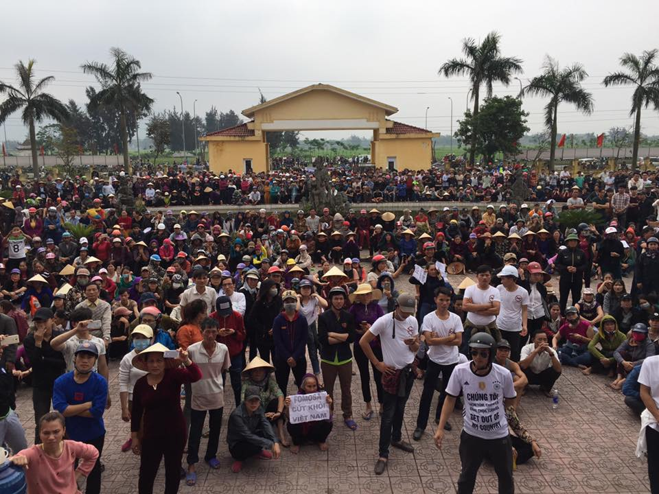 Protesters gathered at the People's Committee Building in Lộc Hà. (Photo: Facebook/Bạch Hồng Quyền)