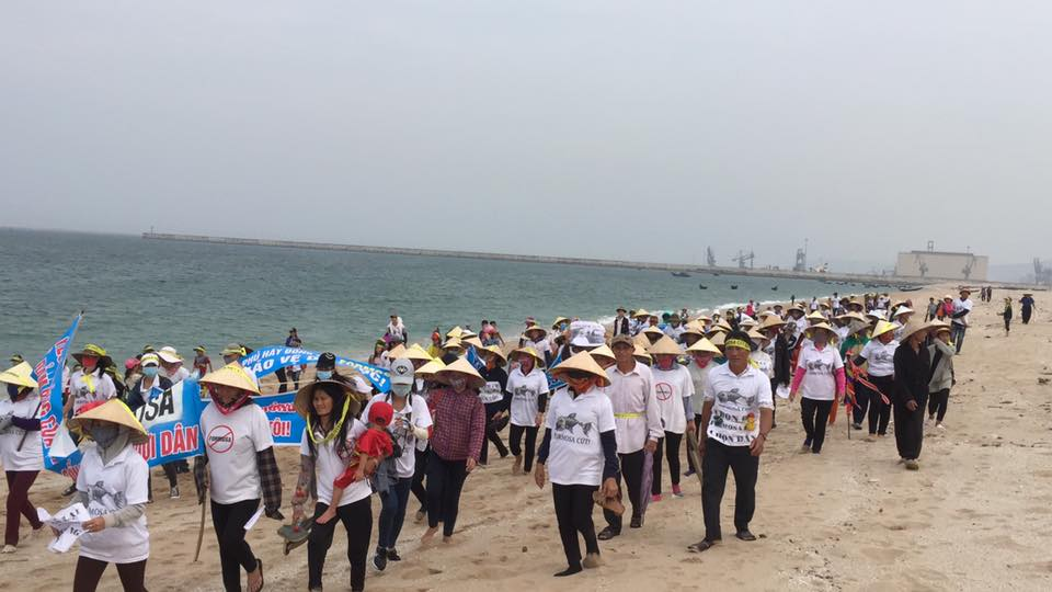 Protesters march down the beach in Kỳ Anh, Hà Tĩnh province. (Photo: Facebook/Bạch Hồng Quyền)